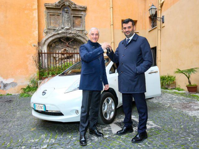 Antonio Decaro promuove le auto verdi nei Comuni Italiani insieme a Nissan